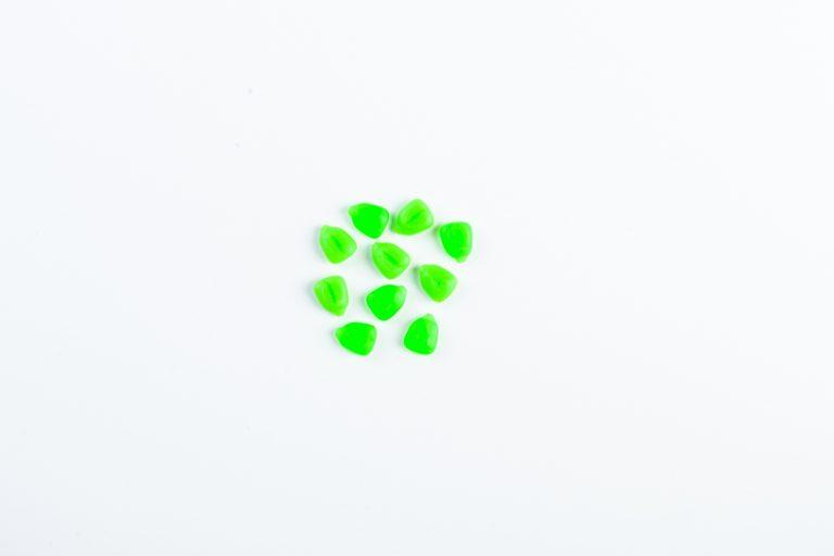 MAD CARP  Sztuczna Kukurydza Pływająca Zielona. Kolor zielony. Wykonana z gumy najwyższej jakości (ENSOFT SX-300-10A-D2-000).   Sztuczna kukurydza pływająca, idealna do wszystkich metod gruntowych. Do złudzenia przypominająca naturalne ziarno kukurydzy. Idealnie wchłania i długo utrzymuje dipy , boostery , itp. . Przydatna wszędzie tam gdzie chcemy by nasza przynęta nie zniknęła w roślinności lub mule. Ponadto w celu ułatwienia zaczepu na włos posiada mikro otwór i wgłębienie dla stoperka . Najlepsze efekty daje gdy się ją zadipuje i zaprezentuje na haczyku razem z innymi , również naturalnymi przynętami. 10 sztuk w opakowaniu.