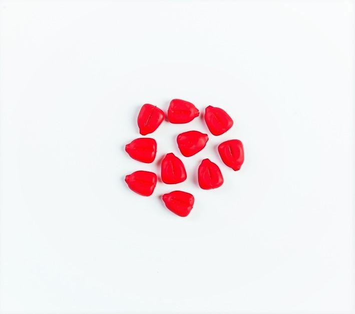 MAD CARP  Sztuczna Kukurydza Pływająca Czerwona. Kolor czerwony. Wykonana z gumy najwyższej jakości (ENSOFT SX-300-10A-D2-000).   Sztuczna kukurydza pływająca, idealna do wszystkich metod gruntowych. Do złudzenia przypominająca naturalne ziarno kukurydzy. Idealnie wchłania i długo utrzymuje dipy , boostery , itp. . Przydatna wszędzie tam gdzie chcemy by nasza przynęta nie zniknęła w roślinności lub mule. Ponadto w celu ułatwienia zaczepu na włos posiada mikro otwór i wgłębienie dla stoperka . Najlepsze efekty daje gdy się ją zadipuje i zaprezentuje na haczyku razem z innymi , również naturalnymi przynętami. 10 sztuk w opakowaniu.