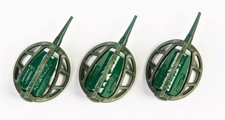 MAD CARP   Koszyczek Method Classic Duży 95gr. Dwudziestoletnie doświadczenie w produkcji akcesoriów wędkarskich, pozwoliło nam na stworzenie wyjątkowego produktu. Wykonany z najlepszej jakości materiałów ( polipropylen ,  ołów malowany proszkową farbą ) produkt spełni wszystkie państwa oczekiwania. Zaletą naszego koszyka jest trzyramienna konstrukcja i asymetryczny kształt ciężarka , dzięki któremu wiemy jak zestaw ustawi się w wodzie. Na jednym ramieniu koszyka znajdują sie specjalne wypustki ,  które po zarzuceniu zestawu będą zawsze na górze – co wskazuje gdzie wbić haczyk , tak aby koszyczek go nie przygniótł. Ponadto konstrukcja 3D doskonale utrzyma zanętę , podczas zarzucania zestawu. Zaletą tego koszyka jest jego waga 95gr , dzięki której może być on z powodzeniem używany na rzece.