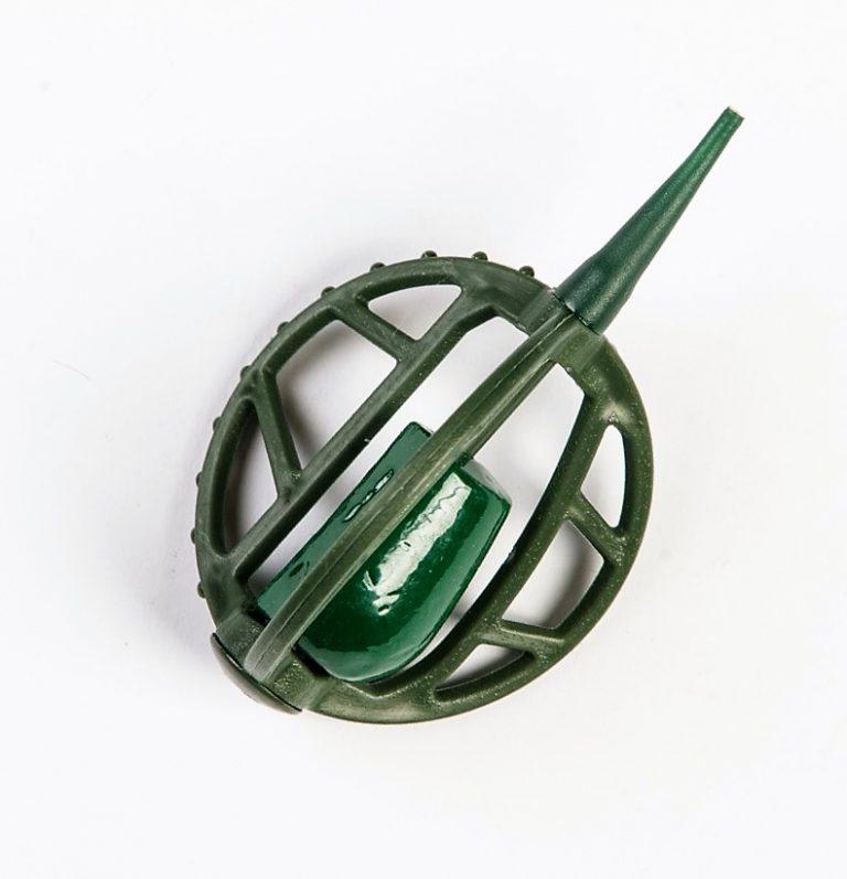 MAD CARP   Koszyczek Method Classic Duży 45gr. Dwudziestoletnie doświadczenie w produkcji akcesoriów wędkarskich, pozwoliło nam na stworzenie wyjątkowego produktu. Wykonany z najlepszej jakości materiałów ( polipropylen ,  ołów malowany proszkową farbą ) produkt spełni wszystkie państwa oczekiwania. Zaletą naszego koszyka jest trzyramienna konstrukcja i asymetryczny kształt ciężarka , dzięki któremu wiemy jak zestaw ustawi się w wodzie. Na jednym ramieniu koszyka znajdują sie specjalne wypustki ,  które po zarzuceniu zestawu będą zawsze na górze – co wskazuje gdzie wbić haczyk , tak aby koszyczek go nie przygniótł. Ponadto konstrukcja 3D doskonale utrzyma zanętę , podczas zarzucania zestawu.