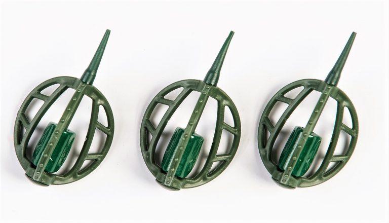 MAD CARP   Koszyczek Method Classic Duży 35gr. Dwudziestoletnie doświadczenie w produkcji akcesoriów wędkarskich, pozwoliło nam na stworzenie wyjątkowego produktu. Wykonany z najlepszej jakości materiałów ( polipropylen ,  ołów malowany proszkową farbą ) produkt spełni wszystkie państwa oczekiwania. Zaletą naszego koszyka jest trzyramienna konstrukcja i asymetryczny kształt ciężarka , dzięki któremu wiemy jak zestaw ustawi się w wodzie. Na jednym ramieniu koszyka znajdują sie specjalne wypustki ,  które po zarzuceniu zestawu będą zawsze na górze – co wskazuje gdzie wbić haczyk , tak aby koszyczek go nie przygniótł. Ponadto konstrukcja 3D doskonale utrzyma zanętę , podczas zarzucania zestawu.