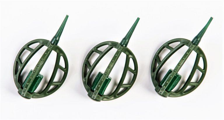 MAD CARP   Koszyczek Method Classic Duży 25gr. Dwudziestoletnie doświadczenie w produkcji akcesoriów wędkarskich, pozwoliło nam na stworzenie wyjątkowego produktu. Wykonany z najlepszej jakości materiałów ( polipropylen ,  ołów malowany proszkową farbą ) produkt spełni wszystkie państwa oczekiwania. Zaletą naszego koszyka jest trzyramienna konstrukcja i asymetryczny kształt ciężarka , dzięki któremu wiemy jak zestaw ustawi się w wodzie. Na jednym ramieniu koszyka znajdują sie specjalne wypustki ,  które po zarzuceniu zestawu będą zawsze na górze – co wskazuje gdzie wbić haczyk , tak aby koszyczek go nie przygniótł. Ponadto konstrukcja 3D doskonale utrzyma zanętę , podczas zarzucania zestawu.