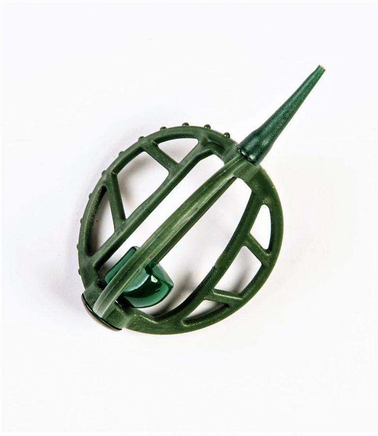 MAD CARP   Koszyczek Method Classic Duży 15gr. Dwudziestoletnie doświadczenie w produkcji akcesoriów wędkarskich, pozwoliło nam na stworzenie wyjątkowego produktu. Wykonany z najlepszej jakości materiałów ( polipropylen ,  ołów malowany proszkową farbą ) produkt spełni wszystkie państwa oczekiwania. Zaletą naszego koszyka jest trzyramienna konstrukcja i asymetryczny kształt ciężarka , dzięki któremu wiemy jak zestaw ustawi się w wodzie. Na jednym ramieniu koszyka znajdują sie specjalne wypustki ,  które po zarzuceniu zestawu będą zawsze na górze – co wskazuje gdzie wbić haczyk , tak aby koszyczek go nie przygniótł. Ponadto konstrukcja 3D doskonale utrzyma zanętę , podczas zarzucania zestawu.