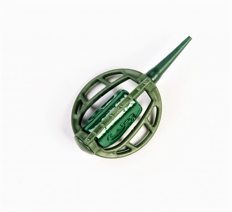 MAD CARP   Koszyczek Method Classic Średni 45gr. Dwudziestoletnie doświadczenie w produkcji akcesoriów wędkarskich, pozwoliło nam na stworzenie wyjątkowego produktu. Wykonany z najlepszej jakości materiałów ( polipropylen ,  ołów malowany proszkową farbą ) produkt spełni wszystkie państwa oczekiwania. Zaletą naszego koszyka jest trzyramienna konstrukcja i asymetryczny kształt ciężarka , dzięki któremu wiemy jak zestaw ustawi się w wodzie. Na jednym ramieniu koszyka znajdują sie specjalne wypustki ,  które po zarzuceniu zestawu będą zawsze na górze – co wskazuje gdzie wbić haczyk , tak aby koszyczek go nie przygniótł. Ponadto konstrukcja 3D doskonale utrzyma zanętę , podczas zarzucania zestawu.