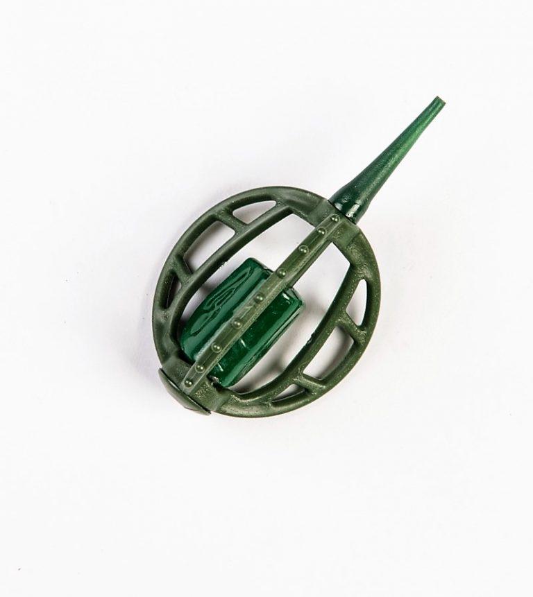 MAD CARP   Koszyczek Method Classic Średni 35gr. Dwudziestoletnie doświadczenie w produkcji akcesoriów wędkarskich, pozwoliło nam na stworzenie wyjątkowego produktu. Wykonany z najlepszej jakości materiałów ( polipropylen ,  ołów malowany proszkową farbą ) produkt spełni wszystkie państwa oczekiwania. Zaletą naszego koszyka jest trzyramienna konstrukcja i asymetryczny kształt ciężarka , dzięki któremu wiemy jak zestaw ustawi się w wodzie. Na jednym ramieniu koszyka znajdują sie specjalne wypustki ,  które po zarzuceniu zestawu będą zawsze na górze – co wskazuje gdzie wbić haczyk , tak aby koszyczek go nie przygniótł. Ponadto konstrukcja 3D doskonale utrzyma zanętę , podczas zarzucania zestawu.