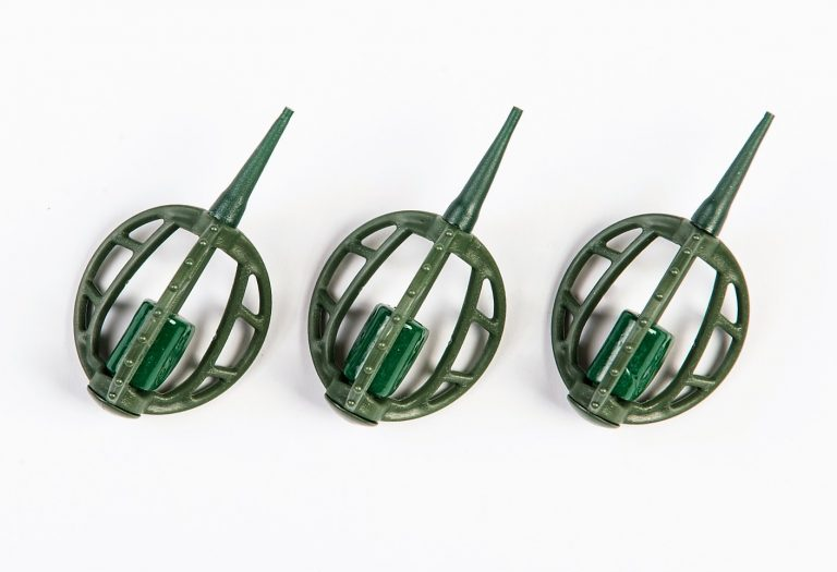 MAD CARP   Koszyczek Method Classic Średni 25gr. Dwudziestoletnie doświadczenie w produkcji akcesoriów wędkarskich, pozwoliło nam na stworzenie wyjątkowego produktu. Wykonany z najlepszej jakości materiałów ( polipropylen ,  ołów malowany proszkową farbą ) produkt spełni wszystkie państwa oczekiwania. Zaletą naszego koszyka jest trzyramienna konstrukcja i asymetryczny kształt ciężarka , dzięki któremu wiemy jak zestaw ustawi się w wodzie. Na jednym ramieniu koszyka znajdują sie specjalne wypustki ,  które po zarzuceniu zestawu będą zawsze na górze – co wskazuje gdzie wbić haczyk , tak aby koszyczek go nie przygniótł. Ponadto konstrukcja 3D doskonale utrzyma zanętę , podczas zarzucania zestawu.