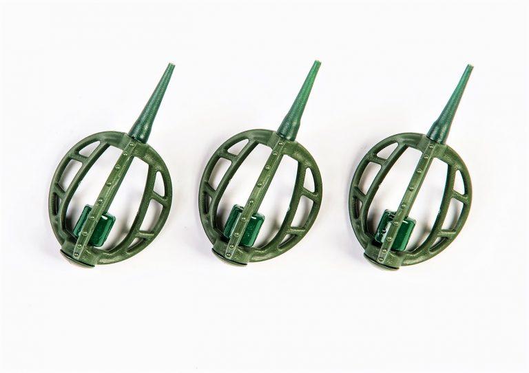 MAD CARP   Koszyczek Method Classic Średni 15gr. Dwudziestoletnie doświadczenie w produkcji akcesoriów wędkarskich, pozwoliło nam na stworzenie wyjątkowego produktu. Wykonany z najlepszej jakości materiałów ( polipropylen ,  ołów malowany proszkową farbą ) produkt spełni wszystkie państwa oczekiwania. Zaletą naszego koszyka jest trzyramienna konstrukcja i asymetryczny kształt ciężarka , dzięki któremu wiemy jak zestaw ustawi się w wodzie. Na jednym ramieniu koszyka znajdują sie specjalne wypustki ,  które po zarzuceniu zestawu będą zawsze na górze – co wskazuje gdzie wbić haczyk , tak aby koszyczek go nie przygniótł. Ponadto konstrukcja 3D doskonale utrzyma zanętę , podczas zarzucania zestawu.
