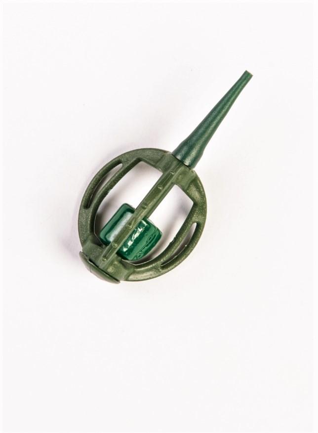 MAD CARP   Koszyczek Method Classic Mały 13gr. Dwudziestoletnie doświadczenie w produkcji akcesoriów wędkarskich, pozwoliło nam na stworzenie wyjątkowego produktu. Wykonany z najlepszej jakości materiałów ( polipropylen ,  ołów malowany proszkową farbą ) produkt spełni wszystkie państwa oczekiwania. Zaletą naszego koszyka jest trzyramienna konstrukcja i asymetryczny kształt ciężarka , dzięki któremu wiemy jak zestaw ustawi się w wodzie. Na jednym ramieniu koszyka znajdują sie specjalne wypustki ,  które po zarzuceniu zestawu będą zawsze na górze – co wskazuje gdzie wbić haczyk , tak aby koszyczek go nie przygniótł. Ponadto konstrukcja 3D doskonale utrzyma zanętę , podczas zarzucania zestawu.