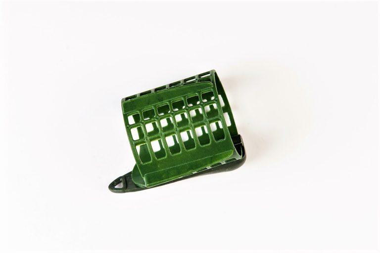 MAD CARP Koszyk zanętowy 50X50  feeder  nr 1. Wymiary 30mm x 40mm.Koszyki wykonane są z trwałego , niepękającego plastiku , którym pokryty jest także ciężarek.  Znakomicie utrzymują zanętę , stopniowo uwalniając ją do wody. Koszyki większych rozmiarów , doskonale sprawdzą się także na rzece. Dodatkowo wyposażone są w rurkę , która zabezpiecza zestaw przed splątaniem żyłki.