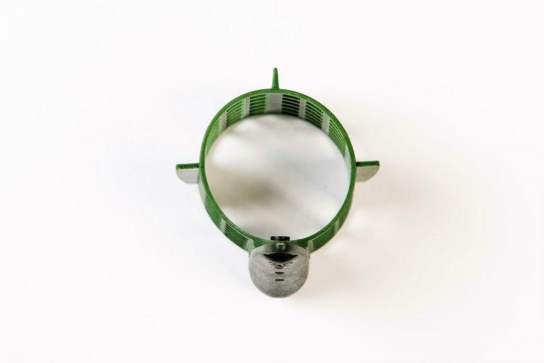 MAD CARP Koszyk zanętowy 50X50  feeder  nr 1. .Koszyki wykonane są z trwałego , niepękającego plastiku , którym pokryty jest także ciężarek.  Znakomicie utrzymują zanętę , stopniowo uwalniając ją do wody. Koszyki większych rozmiarów , doskonale sprawdzą się także na rzece. Dodatkowo wyposażone są w rurkę , która zabezpiecza zestaw przed splątaniem żyłki.