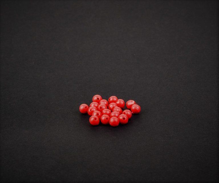 MAD CARP  Koraliki zderzakowe. Przekrój 4mm. Kolor czerwony.  Koraliki wykonane z polipropylenu (Moplen HP 548 R), idealne do zabezpieczania węzłów. 20 sztuk w opakowaniu.