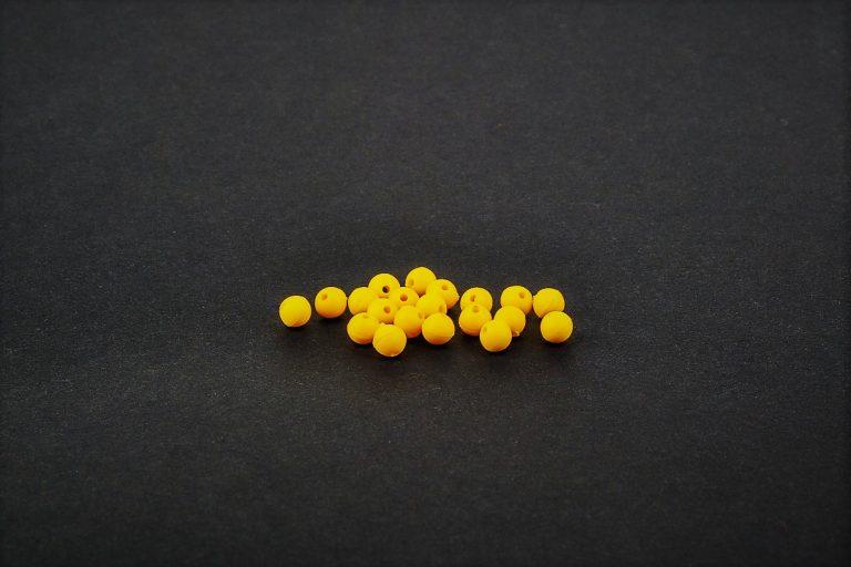 MAD CARP  Koraliki zderzakowe. Przekrój 4mm. Kolor żółty .  Koraliki wykonane z polipropylenu (Moplen HP 548 R), idealne do zabezpieczania węzłów. 20 sztuk w opakowaniu.
