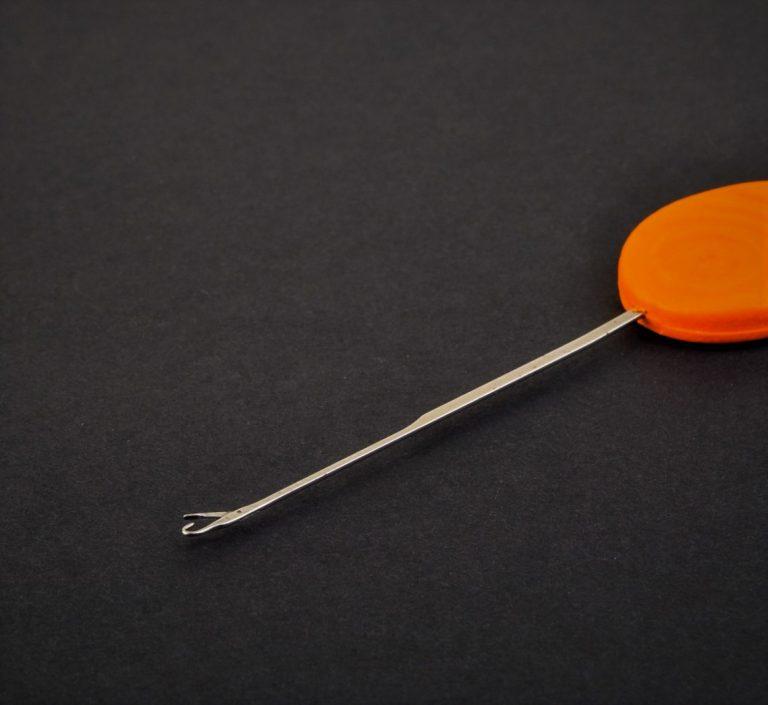 MAD CARP. Igła do kulek proteinowych. Długość całkowita – 95mm, część robocza – 60mm, średnica części roboczej – 1,mm, część robocza wykonana  z hartowanej stali., uchwyt wykonany z tworzywa s poliestru.