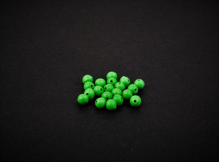 MAD CARP  Koraliki zderzakowe. Przekrój 4mm. Kolor zielony.  Koraliki wykonane z polipropylenu (Moplen HP 548 R), idealne do zabezpieczania węzłów. 20 sztuk w opakowaniu.