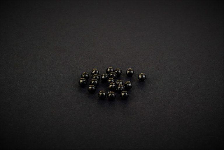 MAD CARP  Koraliki zderzakowe. Przekrój 4mm. Kolor czarne. Koraliki wykonane z gumy (ENSOFT SX-300-15A-D2-000), idealne do zabezpieczania węzłów. 20 sztuk w opakowaniu.