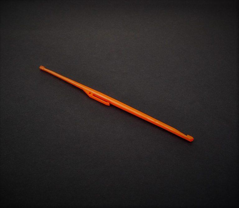 MAD CARP  Wypychacz mały dwustronny. Długość 153mm. Bardzo przydatne narzędzie przy odzyskiwaniu głęboko połkniętych haczyków.Pewnie i sprawnie za ich pomocą możemy usunąć haczyk z pyska ryby. Wypychacz powinien znajdować się na wyposażeniu każdego wędkarza.