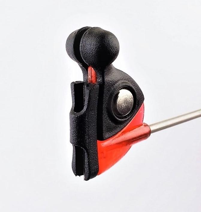 MAD CARP  Sygnalizator brań z kulkami magnetycznymi. Kolor czerwony . Swinger