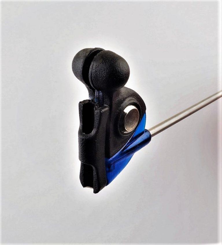 MAD CARP  Sygnalizator brań z kulkami magnetycznymi. Kolor granatowy. Swinger