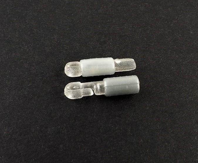 MAD CARP  Zaczep do żyłki wklejka. Wykonany z wysokiej jakości poliwęglanu. Zaczepy przeznaczone są do mocowania żyłki do uklejówek oraz wszelkich zestawów spławikowych – wędzisk typu Pole lub nasadowych.  Łatwy w montażu, Złączka wklejona na szczytówkę naszej wędki umożliwia szybki i łatwy sposób zakładania czy też zmiany zestawu , na który łowimy. Mocujemy je do szczytówki za pomocą kropelki kleju. Zaczep posiada bezbarwną , ruchomą część, którą nasuwamy po założeniu żyłki. 5 sztuk w opakowaniu.