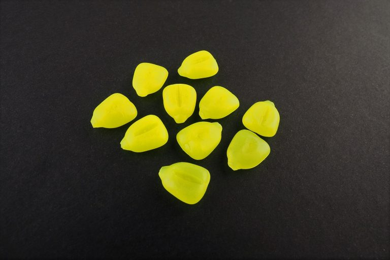 MAD CARP  Sztuczna Kukurydza Pływająca Żółta FLUO. Kolor żółty fluorescencyjny. Wykonana z gumy najwyższej jakości (ENSOFT SX-300-10A-D2-000).   Sztuczna kukurydza pływająca, idealna do wszystkich metod gruntowych. Do złudzenia przypominająca naturalne ziarno kukurydzy. Idealnie wchłania i długo utrzymuje dipy , boostery , itp. . Przydatna wszędzie tam gdzie chcemy by nasza przynęta nie zniknęła w roślinności lub mule. Ponadto w celu ułatwienia zaczepu na włos posiada mikro otwór i wgłębienie dla stoperka . Najlepsze efekty daje gdy się ją zadipuje i zaprezentuje na haczyku razem z innymi , również naturalnymi przynętami. 10 sztuk w opakowaniu.