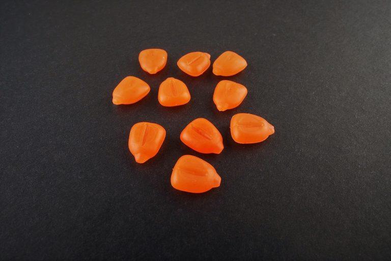 MAD CARP  Sztuczna Kukurydza Pływająca Orange FLUO. Kolor pomarańczowy fluorescencyjny. Wykonana z gumy najwyższej jakości (ENSOFT SX-300-10A-D2-000).   Sztuczna kukurydza pływająca, idealna do wszystkich metod gruntowych. Do złudzenia przypominająca naturalne ziarno kukurydzy. Idealnie wchłania i długo utrzymuje dipy , boostery , itp. . Przydatna wszędzie tam gdzie chcemy by nasza przynęta nie zniknęła w roślinności lub mule. Ponadto w celu ułatwienia zaczepu na włos posiada mikro otwór i wgłębienie dla stoperka . Najlepsze efekty daje gdy się ją zadipuje i zaprezentuje na haczyku razem z innymi , również naturalnymi przynętami. 10 sztuk w opakowaniu.