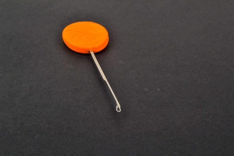 MAD CARP  Igła do kulek proteinowych. Długość całkowita – 95mm, część robocza – 60mm, średnica części roboczej – 1,mm, część robocza wykonana  z hartowanej stali., uchwyt wykonany z tworzywa s poliestru.