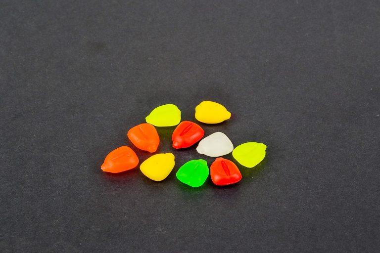 MAD CARP   Sztuczna Kukurydza Pływająca MIX. Mix kolorów. Wykonana z gumy najwyższej jakości (ENSOFT SX-300-10A-D2-000).   Sztuczna kukurydza pływająca, idealna do wszystkich metod gruntowych. Do złudzenia przypominająca naturalne ziarno kukurydzy. Idealnie wchłania i długo utrzymuje dipy , boostery , itp. . Przydatna wszędzie tam gdzie chcemy by nasza przynęta nie zniknęła w roślinności lub mule. Ponadto w celu ułatwienia zaczepu na włos posiada mikro otwór i wgłębienie dla stoperka . Najlepsze efekty daje gdy się ją zadipuje i zaprezentuje na haczyku razem z innymi , również naturalnymi przynętami. 10 sztuk w opakowaniu.