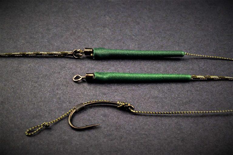 MAD CARP    Zestaw Sprężyna z obciążeniem zielona 100gr. na kulkę proteinową nr 1. Składa się on z plecionki przyponowej złożonej się ze splotu 16 specjalnych włókien o długości ok. 60 cm , przyponu o długości ok. 16 cm , sprężyny na zanętę o wadze 60 gram , dwóch  krętlików , stopera i haczyka z włosem. Specjalna konstrukcja powoduje , że ryba po połknięciu haczyka początkowo nie czuje oporu i nie odrzuca połkniętej przynęty.