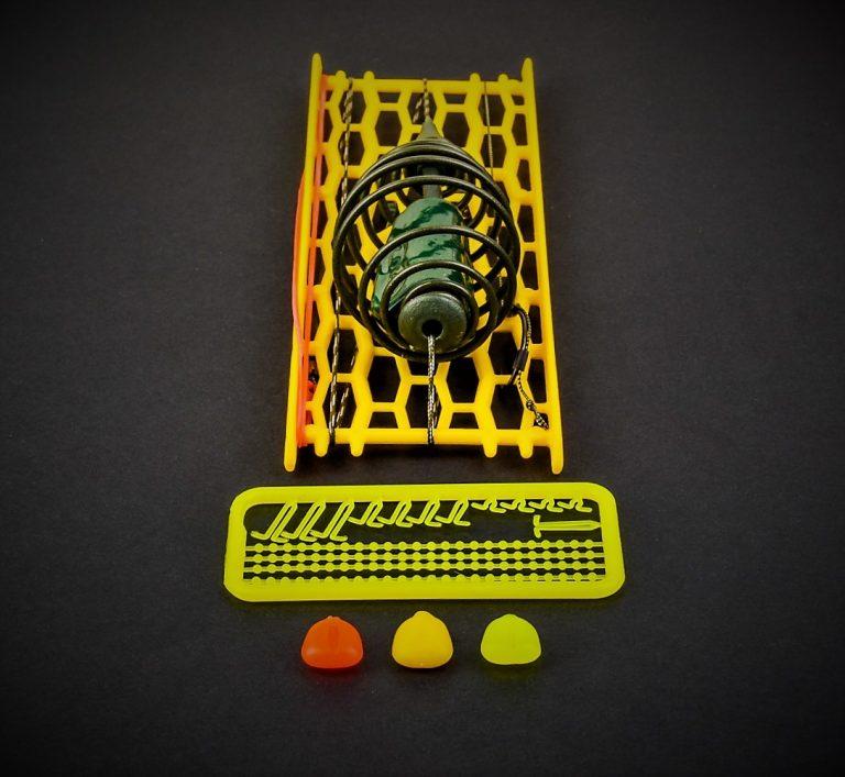 MAD CARP    Zestaw Sprężyna z obciążeniem zielona 80gr. na kulkę proteinową nr 1. Składa się on z plecionki przyponowej złożonej się ze splotu 16 specjalnych włókien o długości ok. 60 cm , przyponu o długości ok. 16 cm , sprężyny na zanętę o wadze 60 gram , dwóch  krętlików , stopera i haczyka z włosem. Specjalna konstrukcja powoduje , że ryba po połknięciu haczyka początkowo nie czuje oporu i nie odrzuca połkniętej przynęty. Sprężyna zbudowana jest z doskonałej jakości stali oraz ciężarka z ołowiu. Części metalowe zestawu pomalowane są farbą proszkową . Najwyższej jakości koreański haczyk , wyprodukowany na nasze specjalne zamówienie z japońskiej , hartowanej , wysokowęglowej  stali , nie zawiedzie przy holowaniu nawet największych okazów ryb. Pokryty teflonem gwarantuje bezrefleksyjność w środowisku wodnym, oraz wyższą odporność na korozję . Zastosowano plecionkę przyponową o wytrzymałości 45 lbs (20,41 kg), przypon 30lbs ( 13,60 kg ).  Całość zamocowana na odpowiednim stelażu , uniemożliwiającym splątanie zestawu.