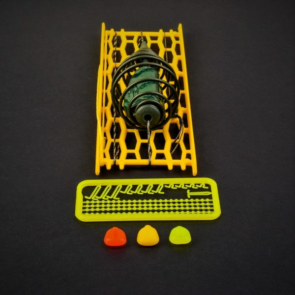 MAD CARP    Zestaw Sprężyna z obciążeniem zielona 100gr. na kulkę proteinową nr 1. Składa się on z plecionki przyponowej złożonej się ze splotu 16 specjalnych włókien o długości ok. 60 cm , przyponu o długości ok. 16 cm , sprężyny na zanętę o wadze 60 gram , dwóch  krętlików , stopera i haczyka z włosem. Specjalna konstrukcja powoduje , że ryba po połknięciu haczyka początkowo nie czuje oporu i nie odrzuca połkniętej przynęty. Sprężyna zbudowana jest z doskonałej jakości stali oraz ciężarka z ołowiu. Części metalowe zestawu pomalowane są farbą proszkową . Najwyższej jakości koreański haczyk , wyprodukowany na nasze specjalne zamówienie z japońskiej , hartowanej , wysokowęglowej  stali , nie zawiedzie przy holowaniu nawet największych okazów ryb. Pokryty teflonem gwarantuje bezrefleksyjność w środowisku wodnym, oraz wyższą odporność na korozję . Zastosowano plecionkę przyponową o wytrzymałości 45 lbs (20,41 kg), przypon 30lbs ( 13,60 kg ).  Całość zamocowana na odpowiednim stelażu , uniemożliwiającym splątanie zestawu.