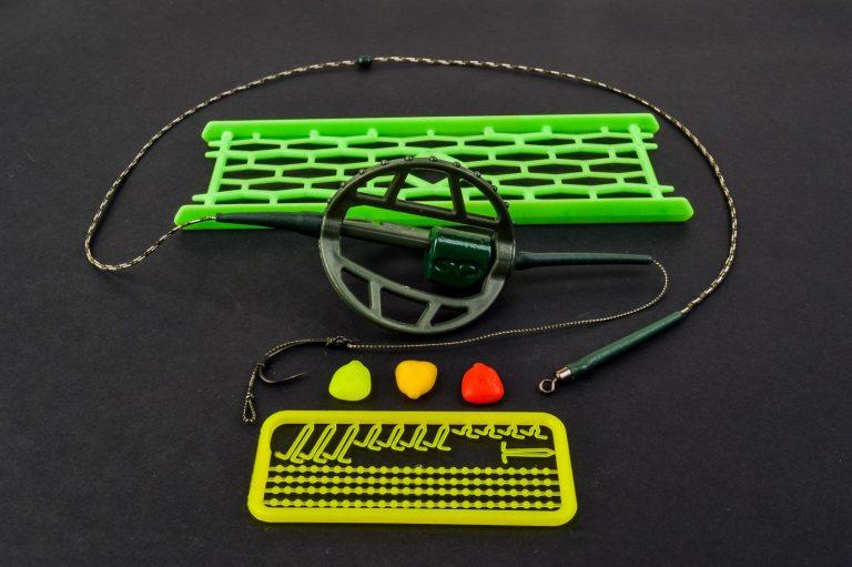 MAD CARP. Zestaw Method Classic Duży 25 gr. na kulkę Proteinową №1. Składa się on z plecionki przyponowej złożonej się ze splotu 16 specjalnych włókien o długości ok. 60 cm , przyponu o długości ok. 16 cm ,zasobnika na zanętę 3D o wadze 95 gram, dwóch krętlików , stopera i haczyka z włosem. Dzięki unikalnej konstrukcji koszyka zanętowego 3D w połączeniu z asymetrycznym ciężarkiem oraz zastosowaniu specjalnych wypustek na górnym ramieniu  – wskazujących gdzie wbić haczyk – zawsze wiemy w jakiej pozycji zestaw ustawi się na dnie zbiornika wodnego. Ponadto konstrukcja 3D doskonale utrzyma zanętę , podczas zarzucania zestawu.  Specjalna konstrukcja powoduje , że ryba po połknięciu haczyka początkowo nie czuje oporu i nie odrzuca połkniętej przynęty. Koszyk zanętowy zbudowany jest z doskonałej jakości plastiku oraz ciężarka z ołowiu pomalowanego farbą proszkową . Najwyższej jakości koreański haczyk , wyprodukowany na nasze specjalne zamówienie z japońskiej , hartowanej , wysokowęglowej  stali , nie zawiedzie przy holowaniu nawet największych okazów ryb. Pokryty teflonem gwarantuje bezrefleksyjność w środowisku wodnym, oraz wyższą odporność na korozję. Zastosowano plecionkę przyponową o wytrzymałości 45 lbs (20,41 kg), przypon 30lbs ( 13,60 kg ).  Całość zamocowana na odpowiednim stelażu , uniemożliwiającym splątanie zestawu.