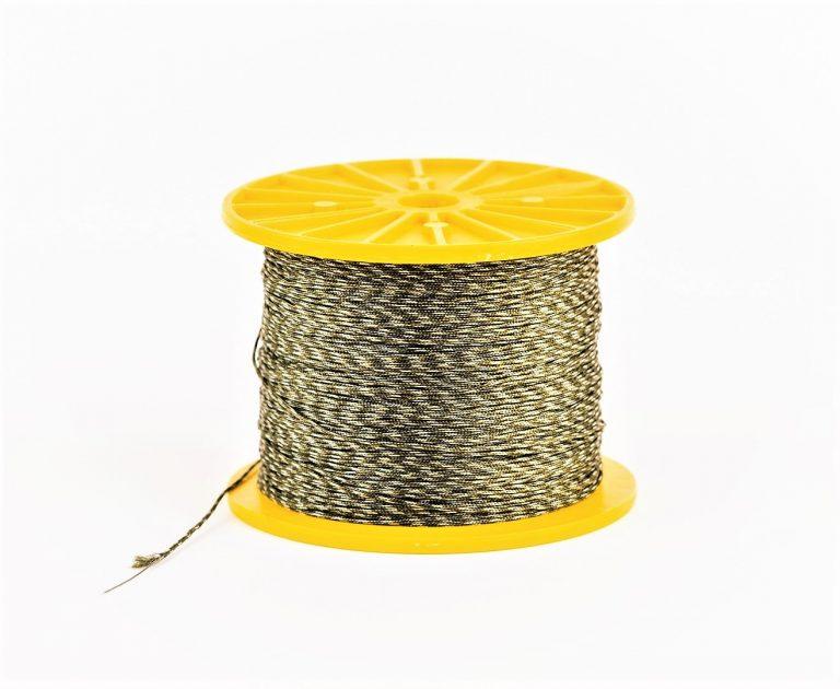 MAD CARP   Leadcore 35lb, 45lb, 70lb   Doskonale  do tworzenia zestawów końcowych. Wystarczy zapleść końcówki i nawlec klipsy. Wykonany w dwóch kolorach DARK CAMOU (zielone włókna z czarnym splotem) i CAMOU (zielone włókna z żółtym splotem) co sprawia, że wybierzesz ten który będzie najlepiej pasował do dna  łowiska. Dostępne wytrzymałośći  35lb (15,8 kg), 45lb (20,4 kg),70lb (31,7 kg). Dostępne szpule 3, 6, 300 metrów.