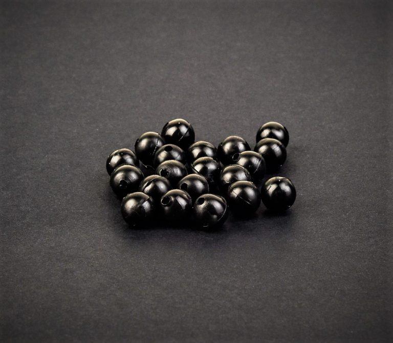 MAD CARP  Koraliki zderzakowe. Przekrój 8mm. Kolor czarne. Koraliki wykonane z gumy (ENSOFT SX-300-15A-D2-000), idealne do zabezpieczania węzłów. 20 sztuk w opakowaniu.