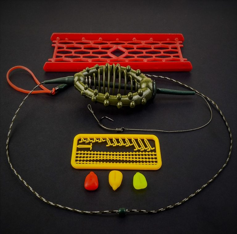MAD CARP    Zestaw karpiowy ze sprężyną zanętową na rzekę 80 gr. nr 3. Składa się on z plecionki przyponowej złożonej się ze splotu 16 specjalnych włókien o długości ok. 60 cm , przyponu o długości ok. 16 cm , sprężyny na zanętę o wadze 60 gram, dwóch  krętlików , stopera i haczyka z włosem. Specjalna konstrukcja powoduje , że ryba po połknięciu haczyka początkowo nie czuje oporu i nie odrzuca połkniętej przynęty. Sprężyna zbudowana jest z doskonałej jakości stali oraz ciężarka z ołowiu. Części metalowe zestawu pomalowane są farbą proszkową . Najwyższej jakości koreański haczyk , wyprodukowany na nasze specjalne zamówienie z japońskiej , hartowanej , wysokowęglowej  stali , nie zawiedzie przy holowaniu nawet największych okazów ryb. Pokryty teflonem gwarantuje bezrefleksyjność w środowisku wodnym, oraz wyższą odporność na korozję . Zastosowano plecionkę przyponową o wytrzymałości 45 lbs (20,41 kg), przypon 30lbs ( 13,60 kg ).  Całość zamocowana na odpowiednim stelażu , uniemożliwiającym splątanie zestawu.